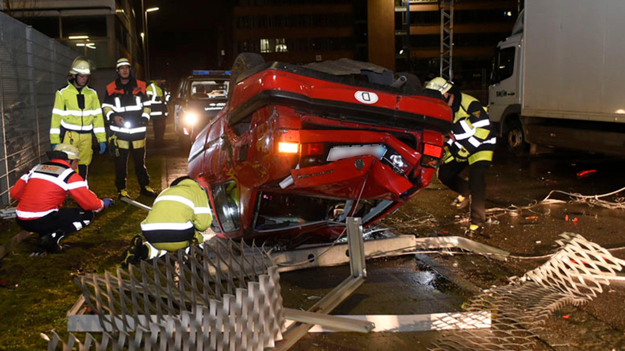 Der auf den Dach liegende Unfallwagen