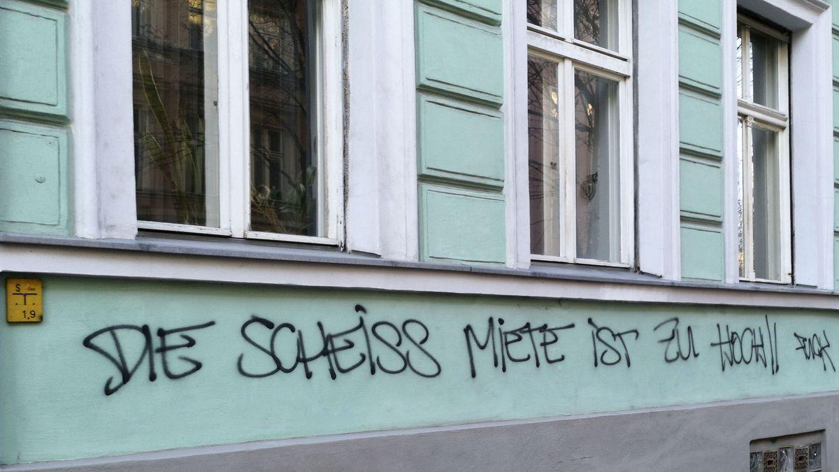 Aufgesprühter Protest gegen zu hohe Mieten an einer Hausfassade (Symbolbild)