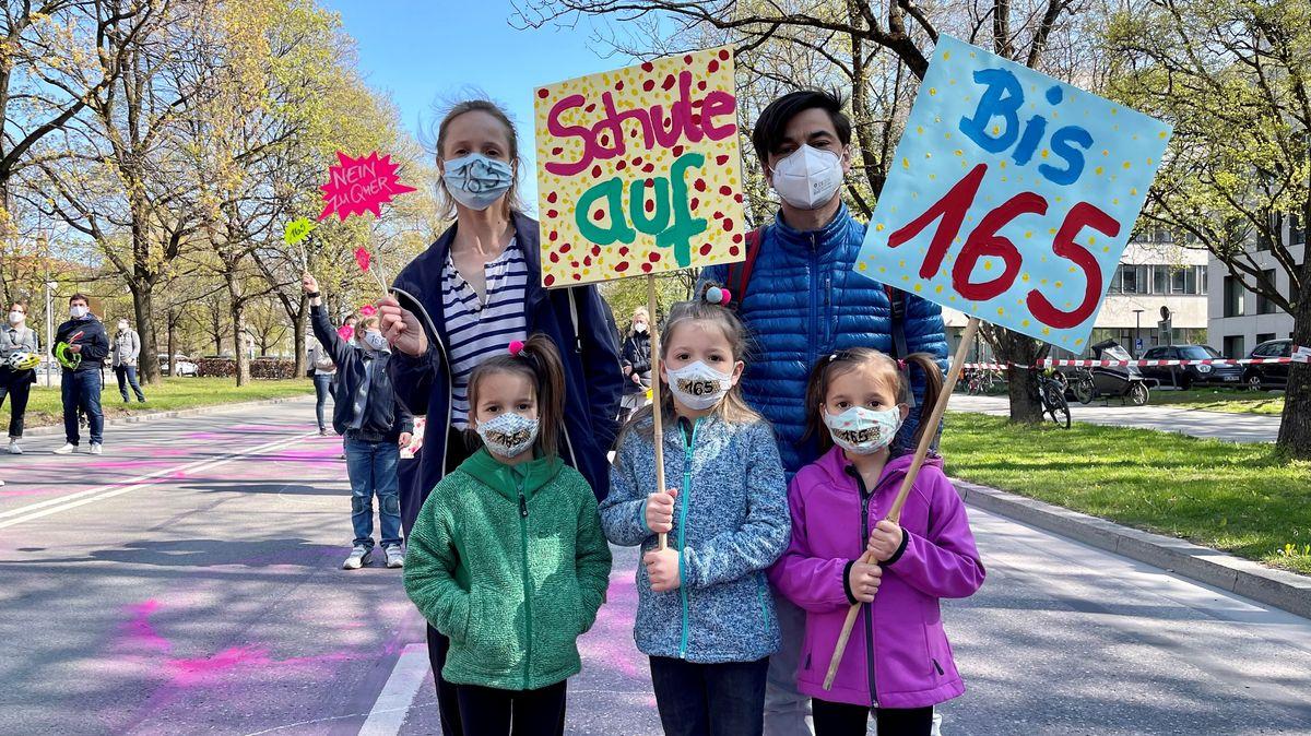 Eltern und Kinder demonstrieren für die Bundes-Notbremse vor der Staatskanzlei