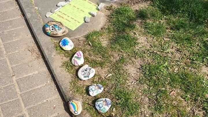 An einem Schweinfurter Spielplatz haben Mamas Steine ausgelegt, die sie zusammen mit ihren Kindern bemalt haben.