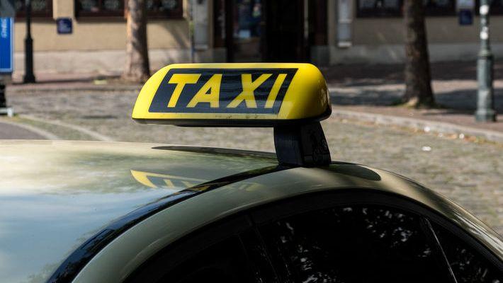 Ein Taxischild auf dem Dach eines Taxis. Symbolbild