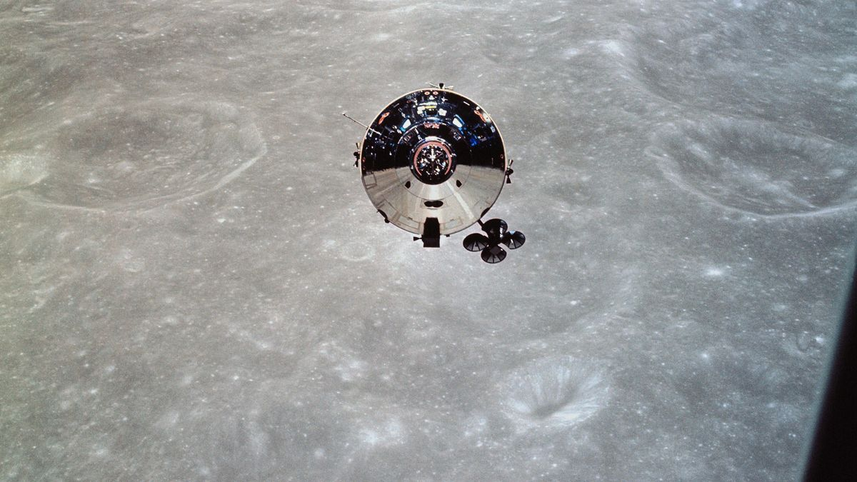 Blick auf Kapsel und Mondkrater