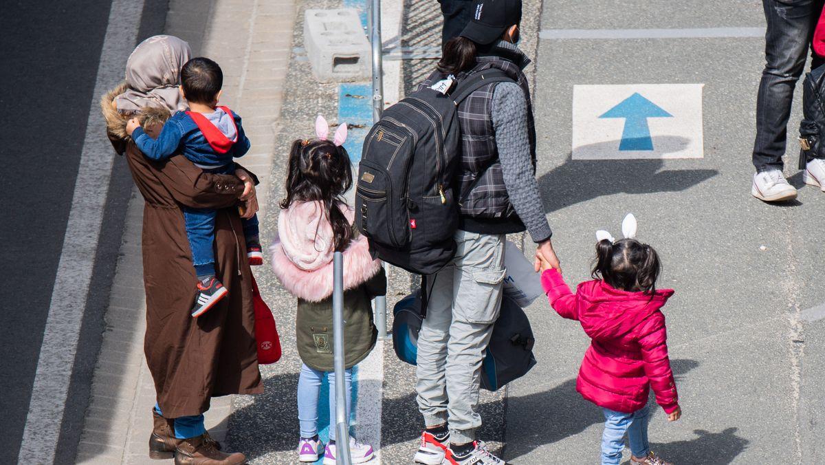 Flüchtlinge aus Griechenland kommen am Flughafen Hannover an.