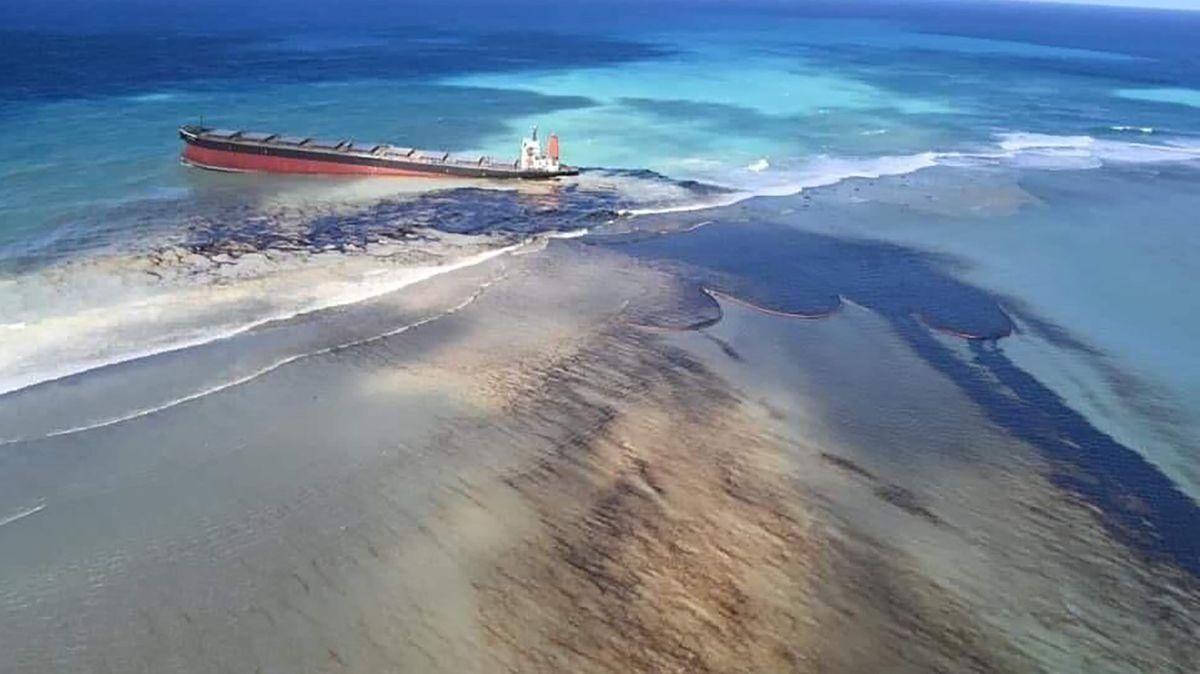 Der Frachter vor der Ostküste von Mauritius