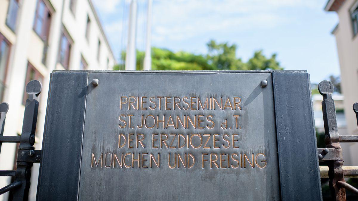 Schild des Priesterseminars in München
