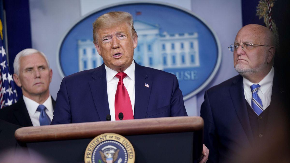 Donald Trump bei einer Pressekonferenz zum Cornoavirus. Links Vizepräsident Pence, rechts Robert Redfield, Chef des Center for Disease Control