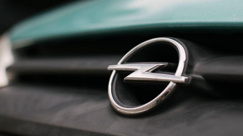 Opel-Emblem auf Kühlerhaube