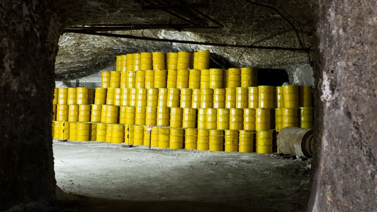 Viele gelbe Fässer stehen in einem Stollen im Atom-Endlager Morsleben (Symbolbild).