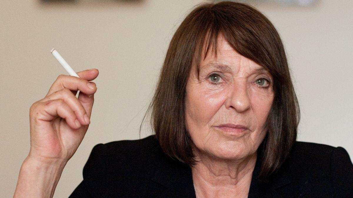 Frau mit dunklen Haaren und Zigarette: Monika Maron