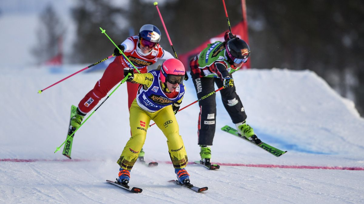 Heidi Zacher (Mi.) bei einem Skicross-Rennen