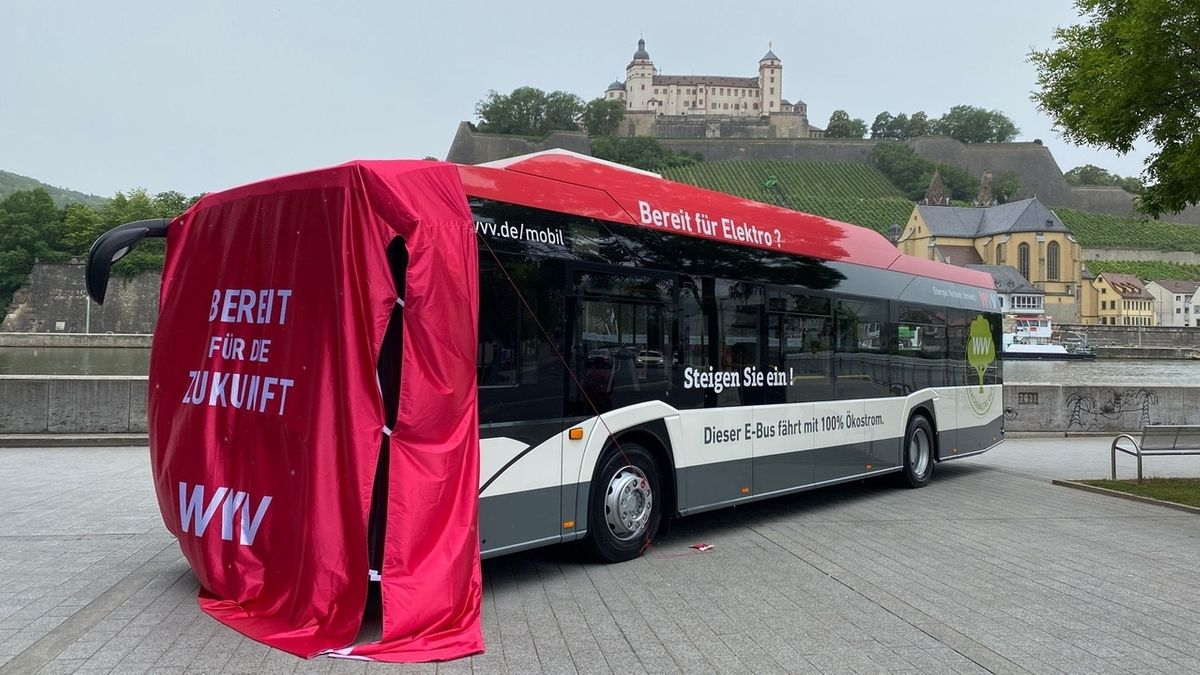 Elektrobus vor der Würzburger Residenz