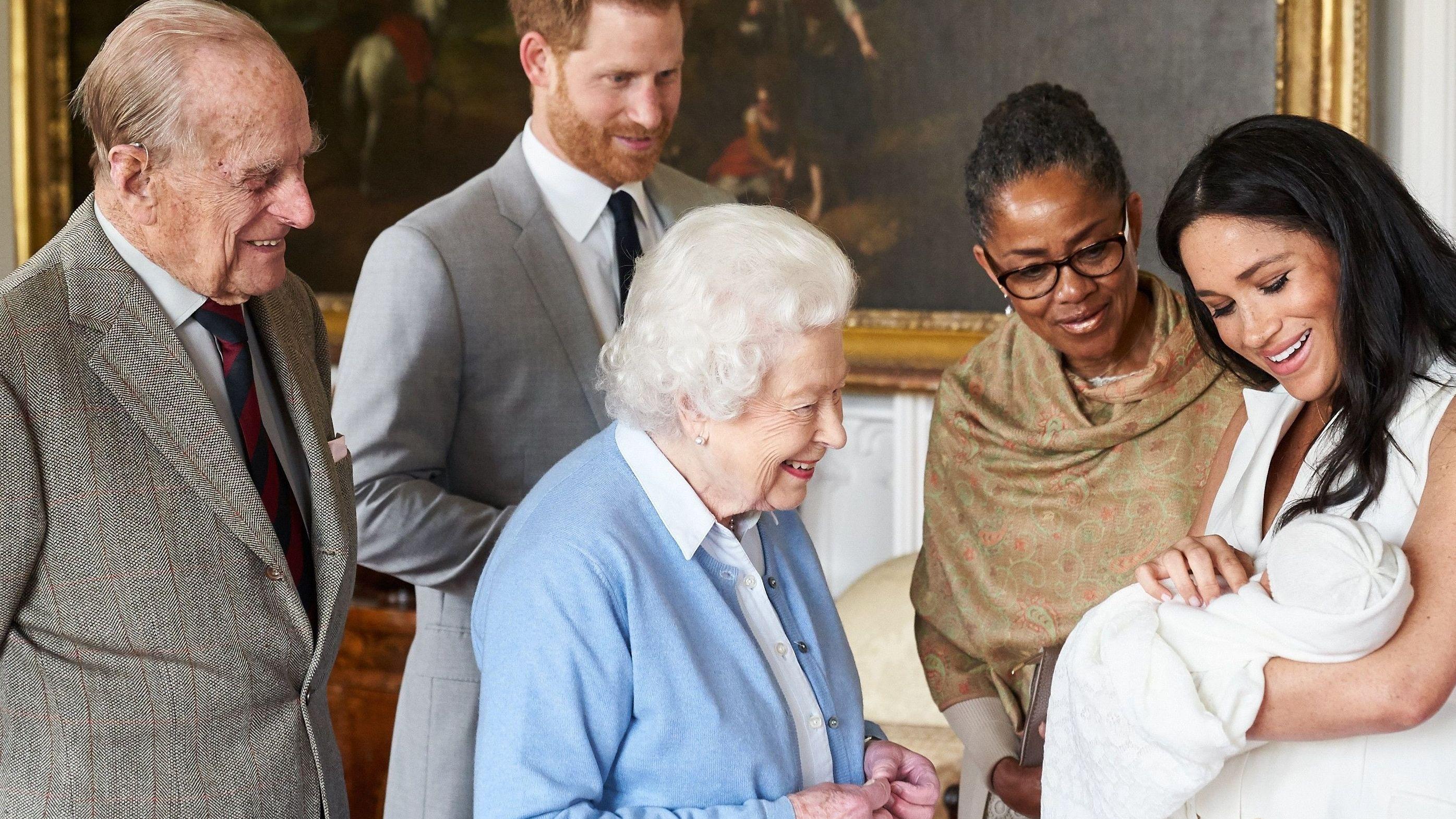 Am Montag kam der vierte Enkel von Prinz Charles zur Welt. Das erste Kind von Prinz Harry und seiner Frau Herzogin Meghan heißt Archie.