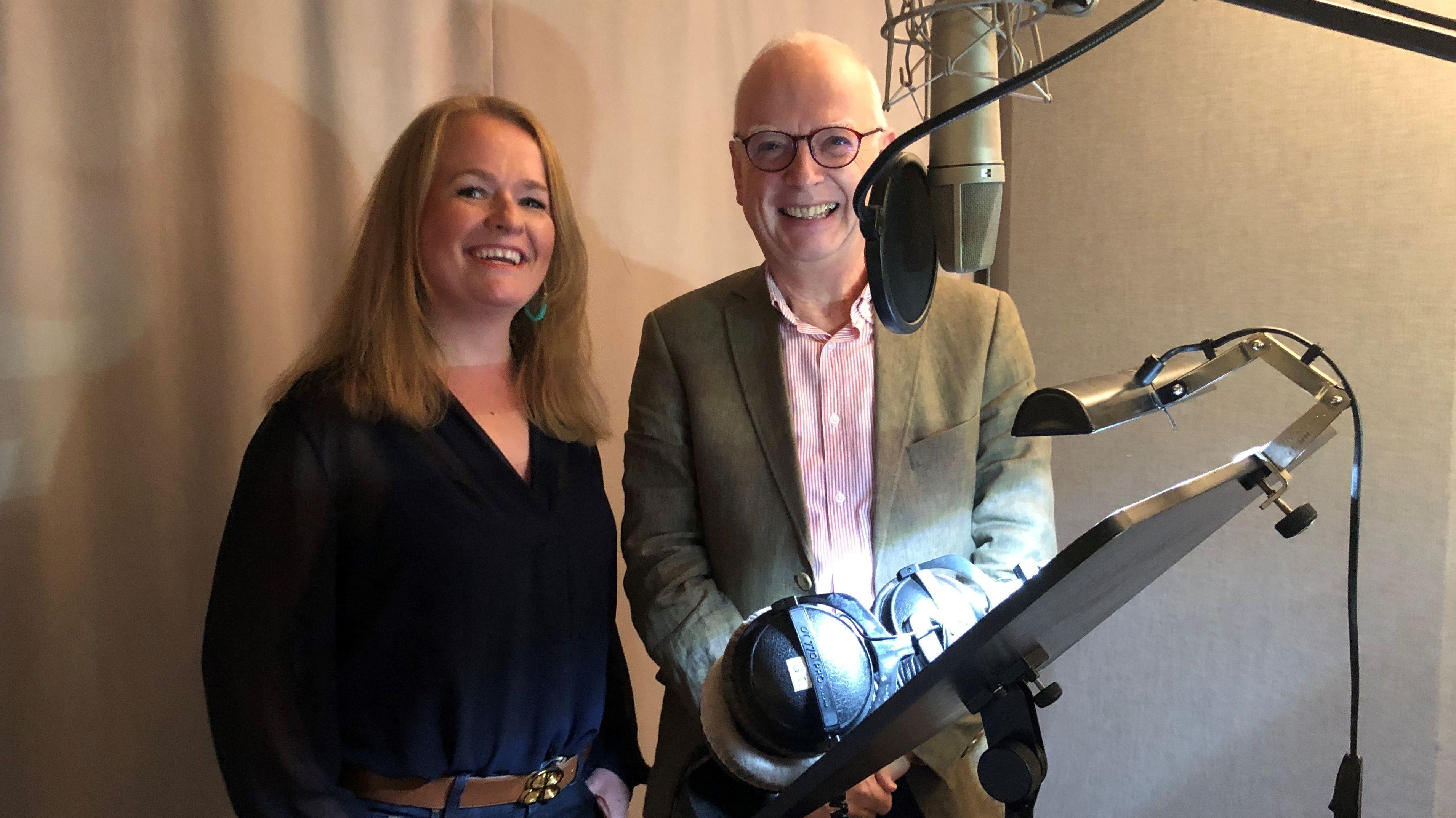 Regina Wallner und Graham Baxter in einem Tonstudio.