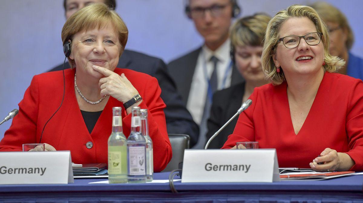 Bundeskanzlerin Angela Merkel (l.) und Umweltministerin Svenja Schulze im vergangenen Jahr beim Petersberger Klimadialog.