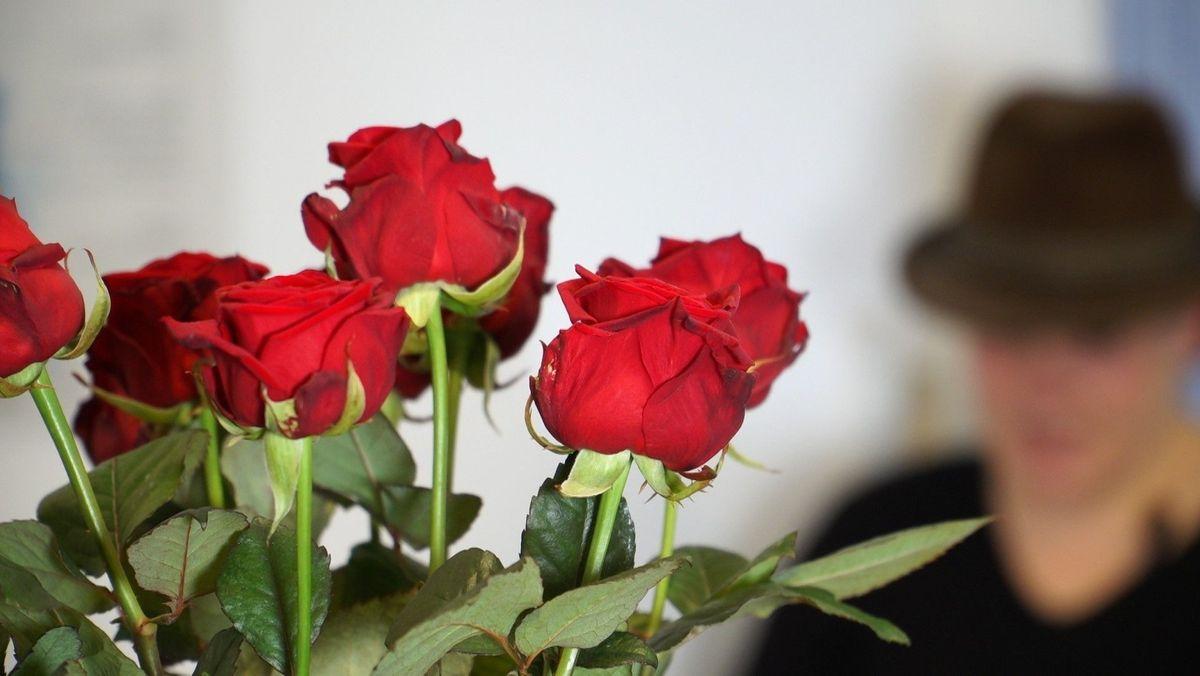 Ein Blumenstraß wird überreicht (Symbolbild)