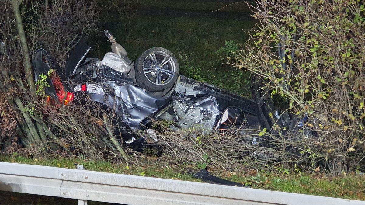 Zerstörtes Auto nach dem Unfall an der Echinger Auffahrt zur A 92