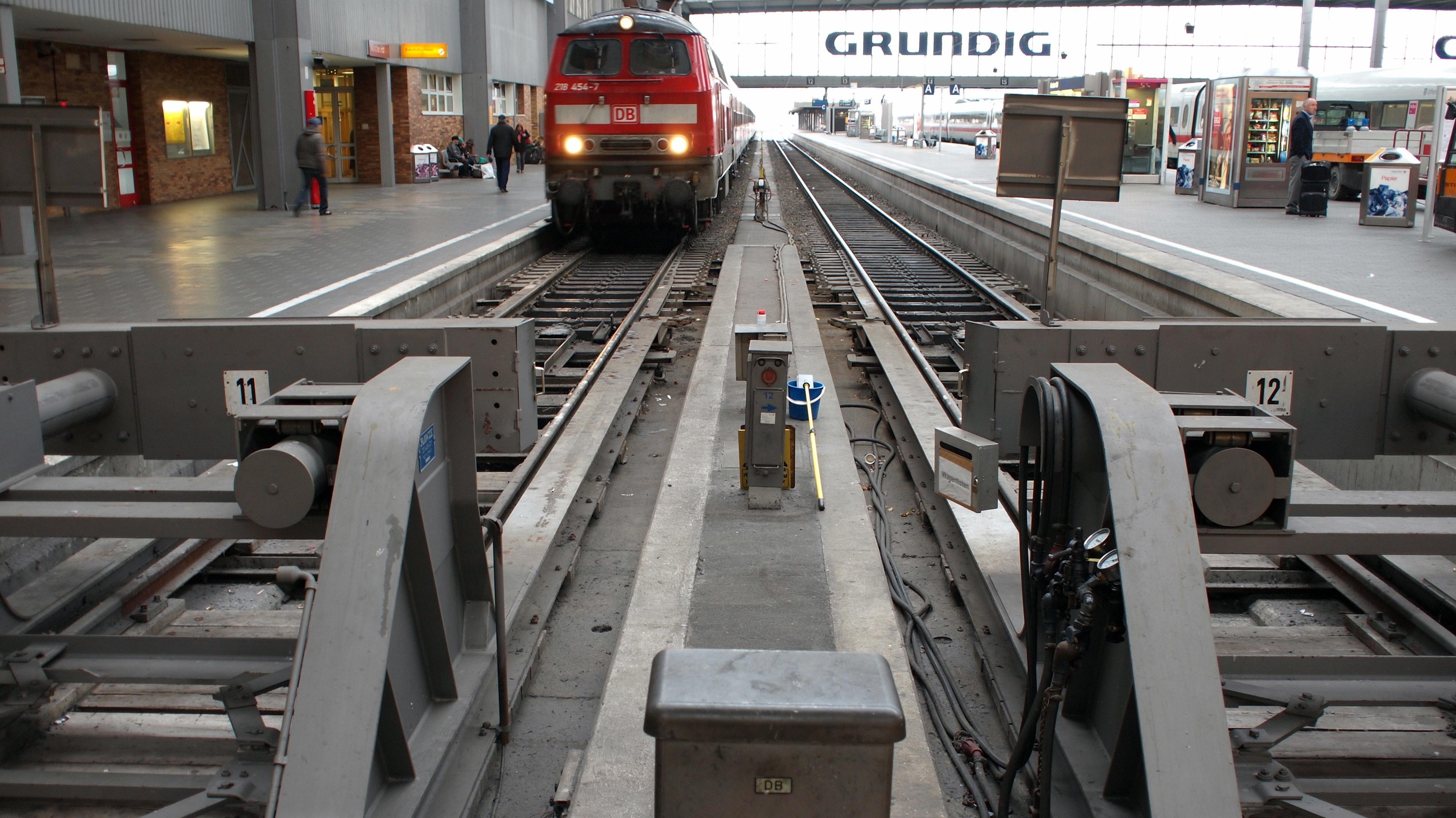 Symbolbild: Ein Zug kommt am Münchner Hauptbahnhof an.