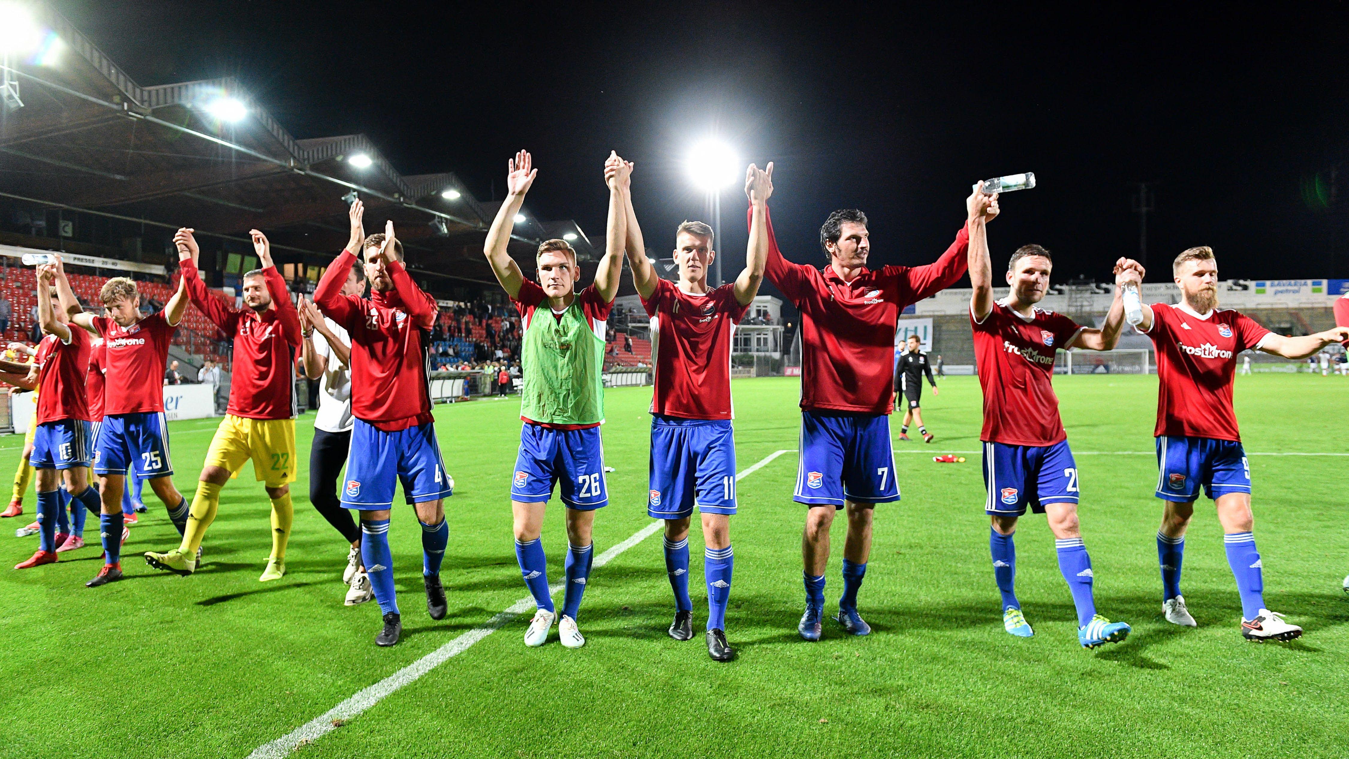 Unterhachinger Spieler feiern den Sieg gegen Chemnitz