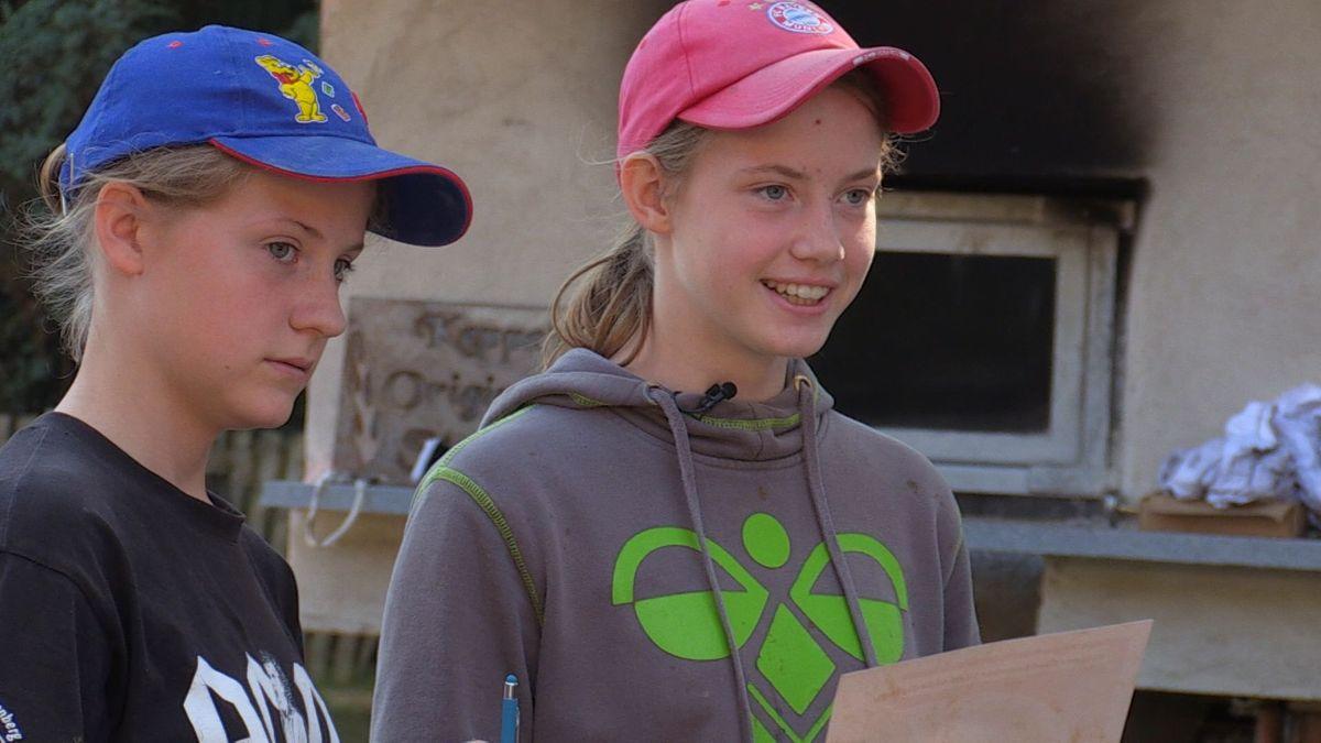 """Die Mädchen erhalten das """"Kleine Rinchnacher Landwirte-Diplom"""""""