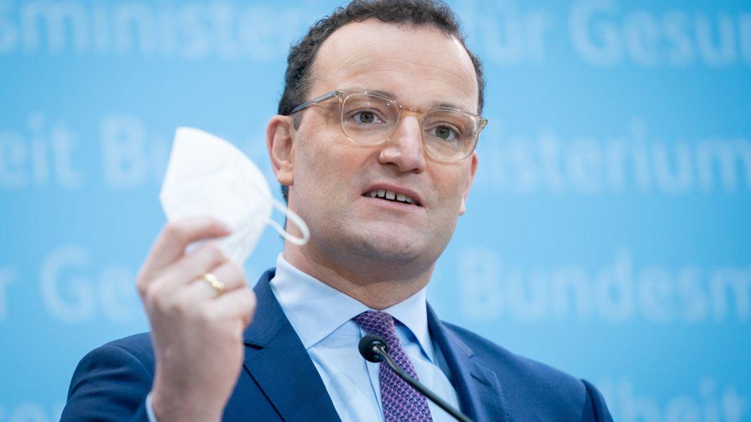 18.01.2021, Berlin: Jens Spahn (CDU), Bundesminister für Gesundheit, zeigt während einer Pressekonferenz vor der Sitzung des Corona-Kabinetts seine FFP2-Maske. Foto: Kay Nietfeld/dpa +++ dpa-Bildfunk +++