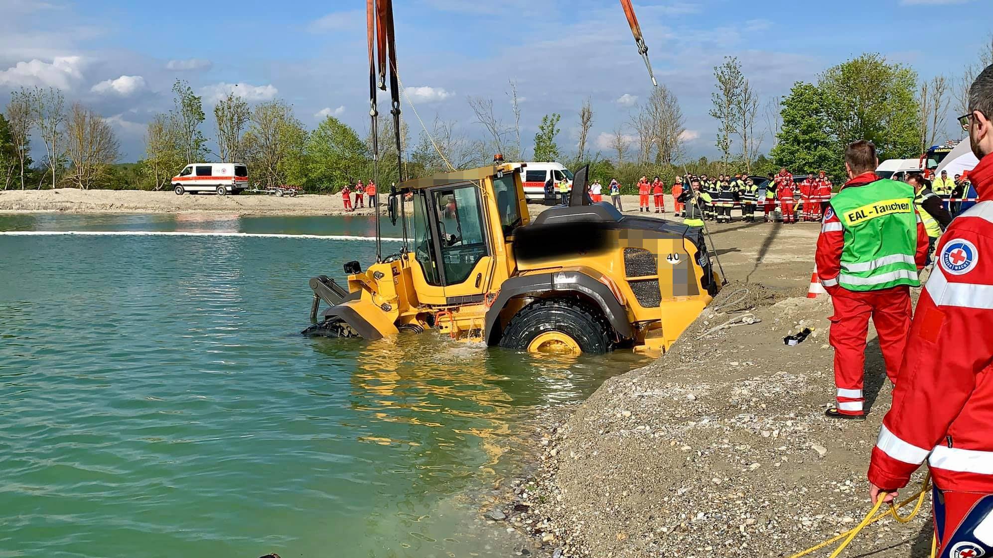 Weil bei dem Unfall Öl und Diesel in das Wasser gelangt sind, wird gegen den Fahrer des Laders jetzt ermittelt.