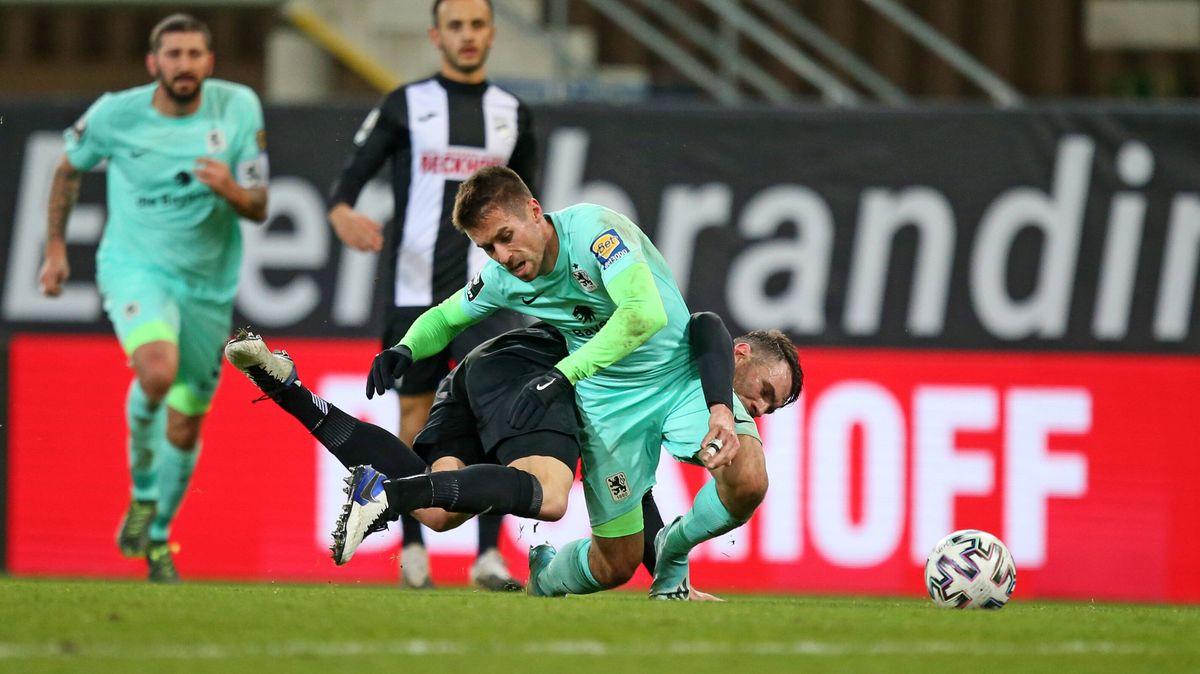 Stefan Lex (li, TSV 1860 München) gegen Julian Stöckner (SC Verl)