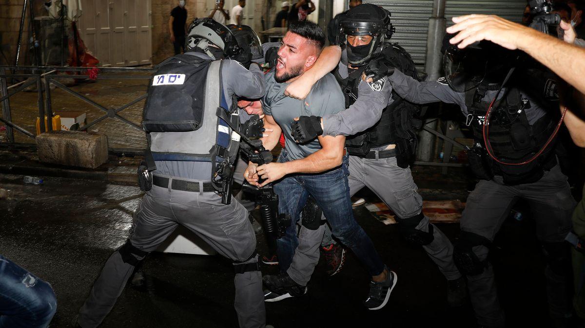 Israelische Polizisten stoßen mit palästinensischen Demonstranten in der Nähe des Damaskustors außerhalb der Altstadt von Jerusalem zusammen.
