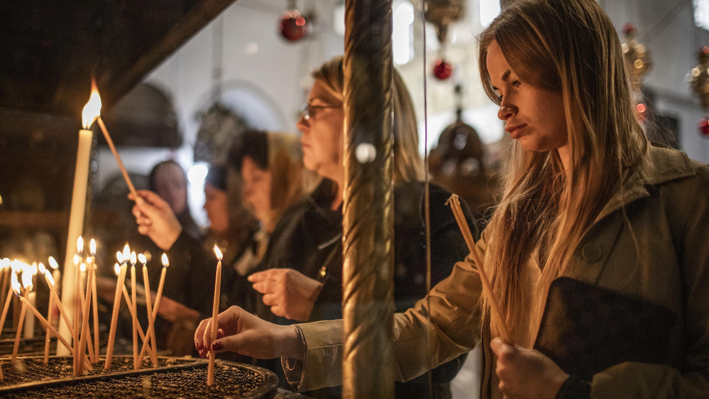 Gläubige Christen entzünden Kerzen während ihres Besuchs der Geburtskirche, die von Christen verschiedener Konfessionen als Geburtsort von Jesus Christus angesehen wird.