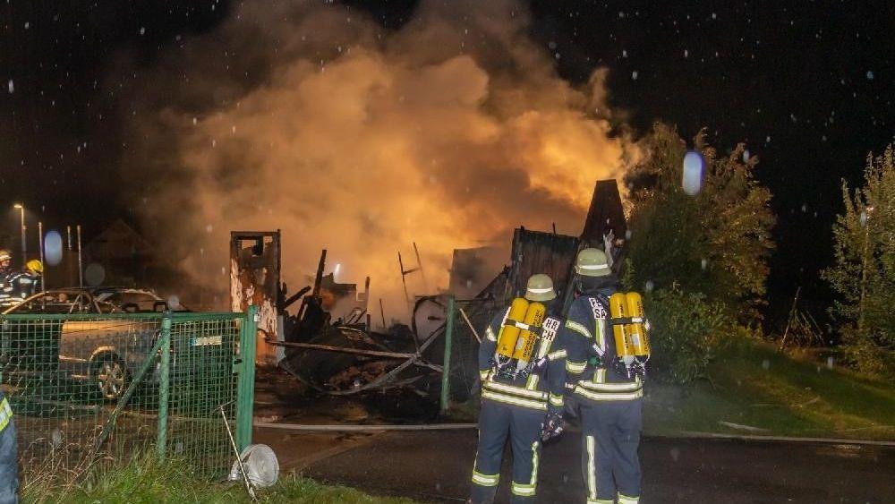 Feuerwehrkräfte am Brandort in einem Wohngebiet in Vilshofen