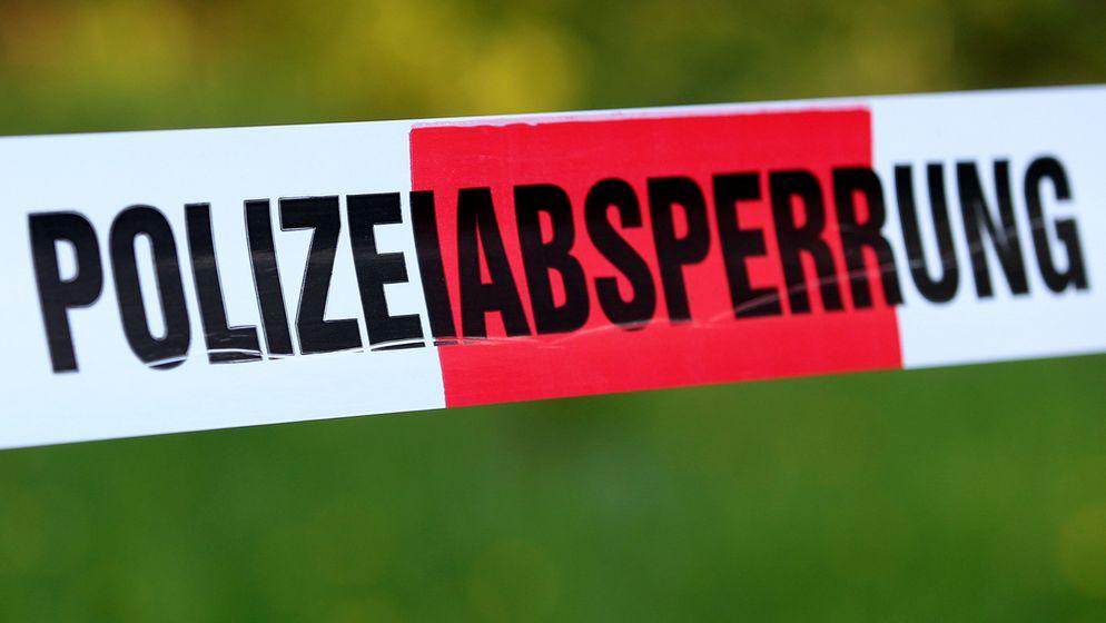 Symbolbild: Band mit der Aufschrift Polizeiabsperrung   Bild:picture alliance / Eibner-Pressefoto