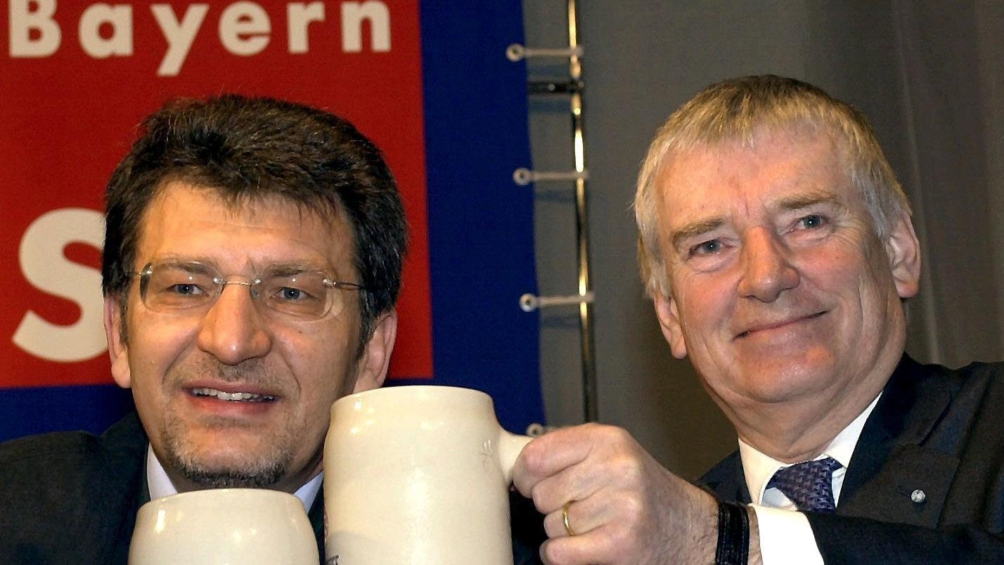 2002: Bayerns SPD-Vorsitzender Wolfgang Hoderlein und Bundesinnenminister Otto Schily auf dem Politischen Aschermittwoch der SPD in Vilshofen
