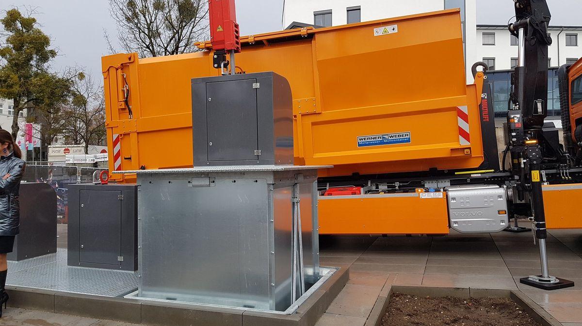 Die Unterflurcontainer müssen mit einem  speziellen Kran hochgezogen werden.