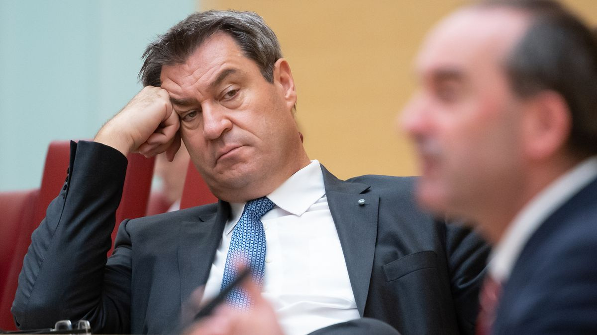 Archivbild (23.09.2020): Hubert Aiwanger (r, Freie Wähler), Wirtschaftsminister von Bayern, spricht im bayerischen Landtag während einer Plenarsitzung. Im Hintergrund sitzt Markus Söder (CSU), Ministerpräsident von Bayern.