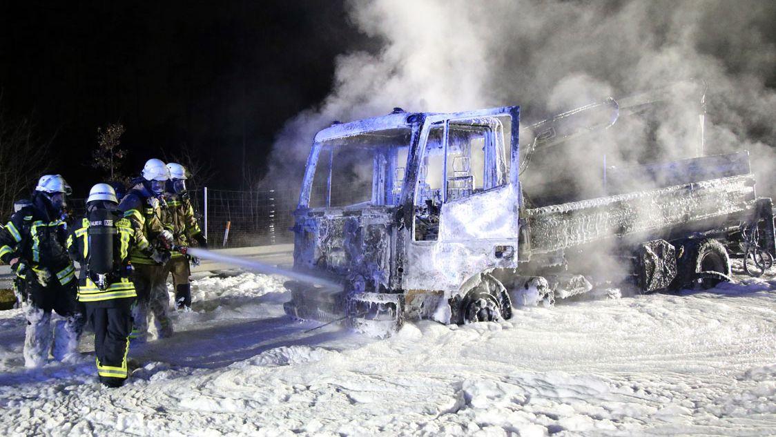 Feuerwehr löscht brennenden Lkw auf der A45 bei Alzenau.