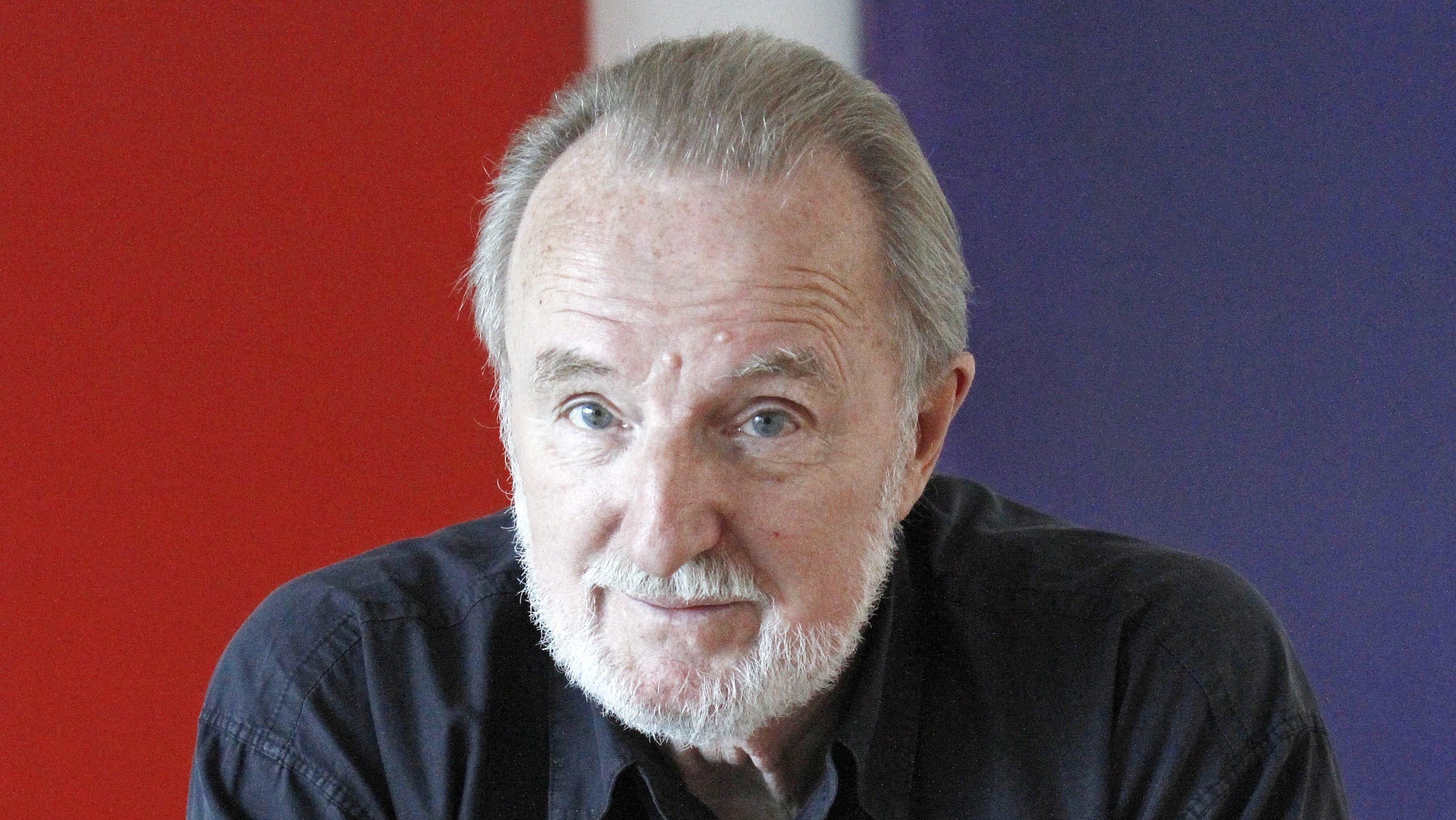 Sänger und Liedermacher Hannes Wader vor einem rot-weiß-blau-gestreiften Hintergrund