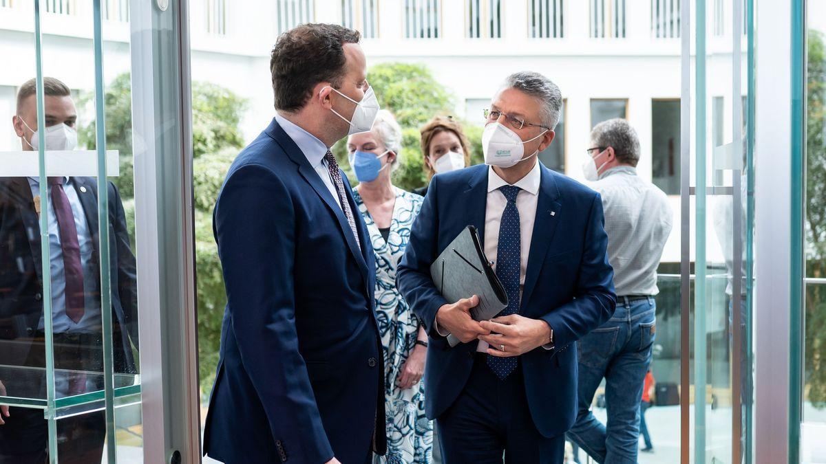 Bundesgesundheitsminister Jens Spahn und RKI-Chef Lothar Wieler (r.)