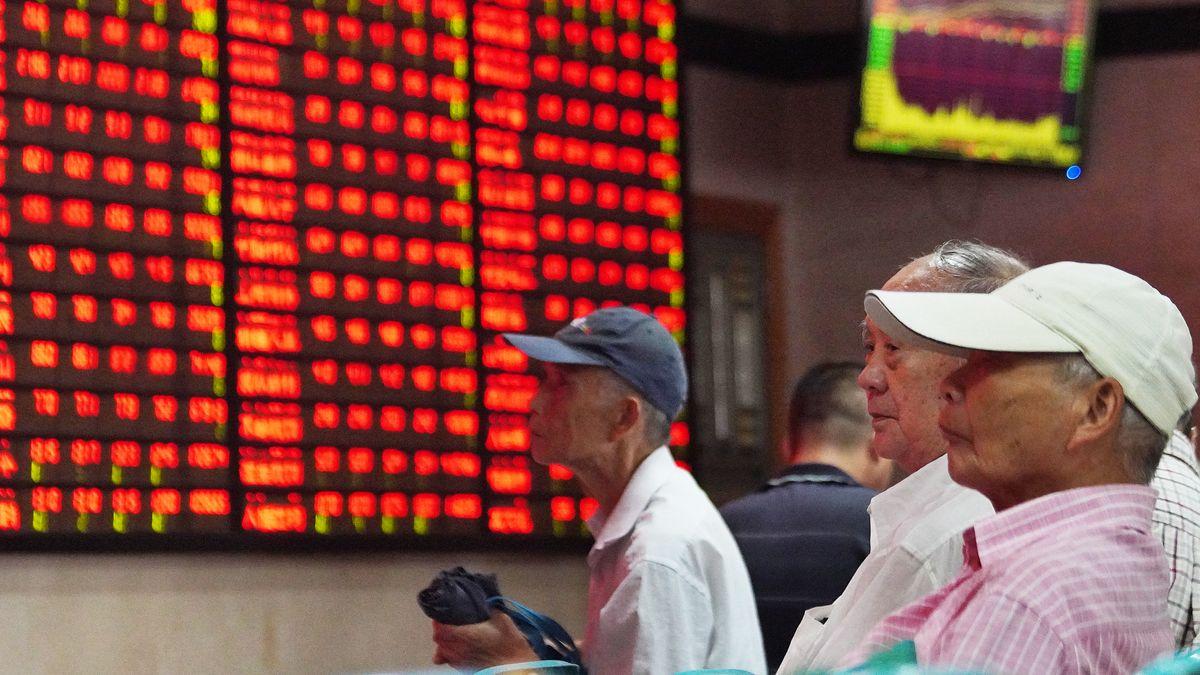 Chinesische Investoren betrachten Kurse in einem Brokerhaus in Nanjing 2019