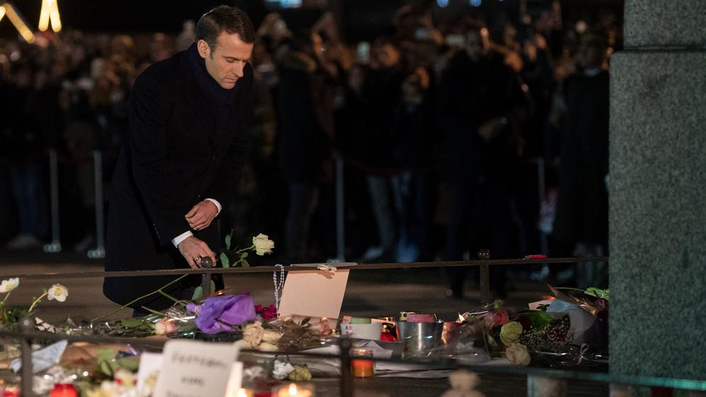 Straßburg: Präsident Macron legt eine Blume nieder | Bild:pa/dpa/Marijan Murat