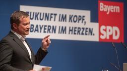 Uli Grötsch, Generalsekretär der Bayern-SPD, spricht beim Landesparteitag der bayerischen Sozialdemokraten.   Bild:picture alliance/Armin Weigel/dpa
