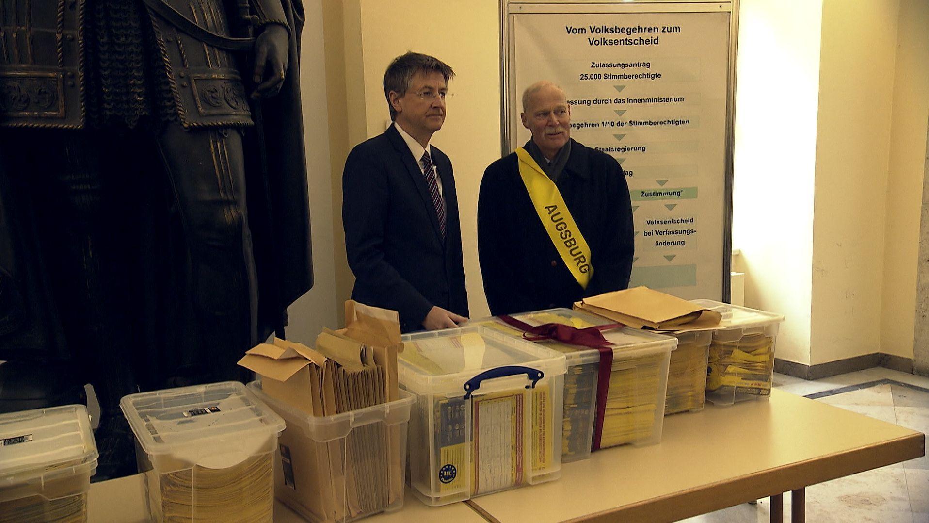 Die Initiatoren des Volksbegehrens #6JahreMietenstopp haben heute 33.500 Unterschriften an das Bayerische Innenministerium übergeben.