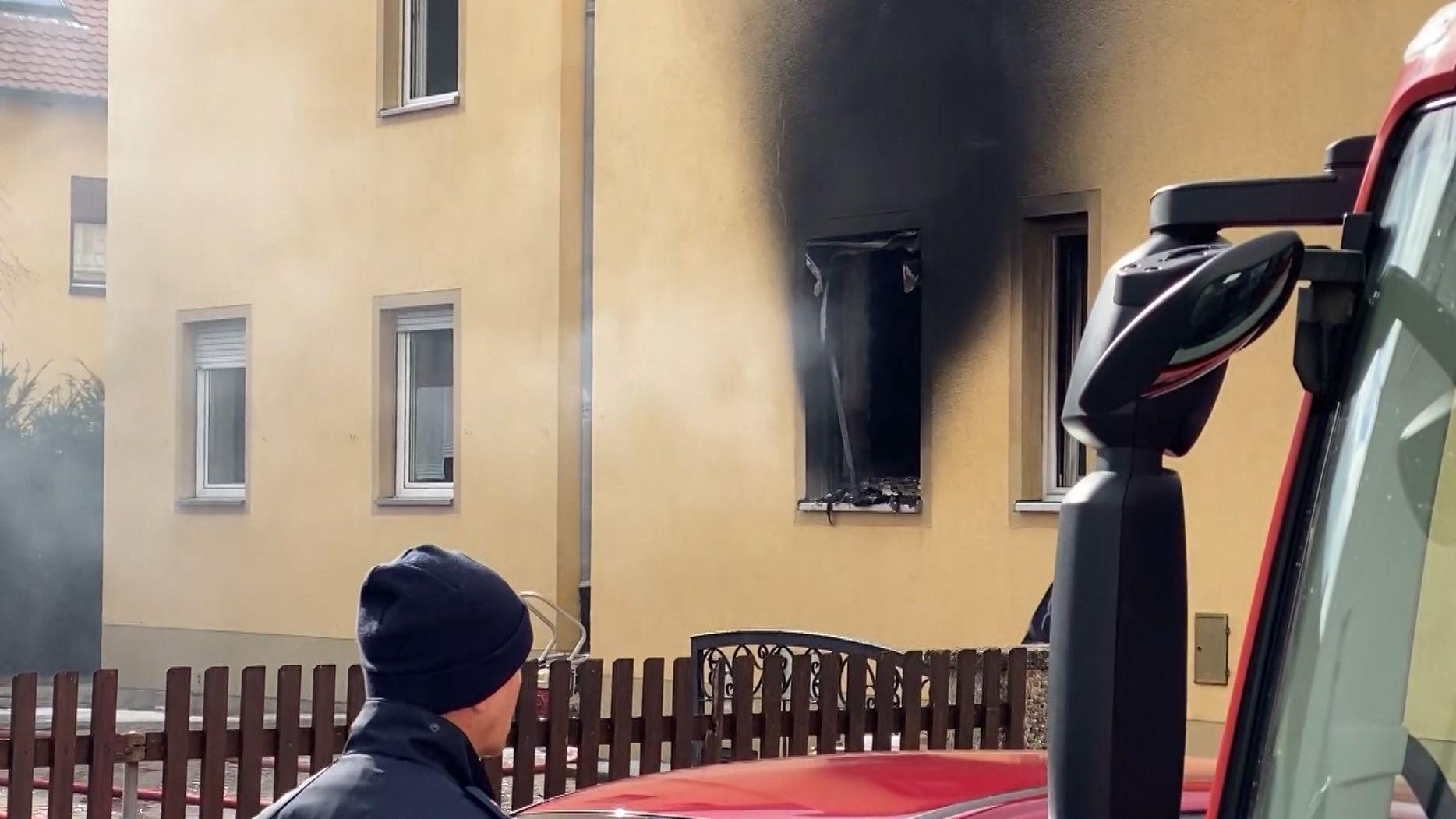 schwarzer Rauch steigt aus Küchenfenster auf