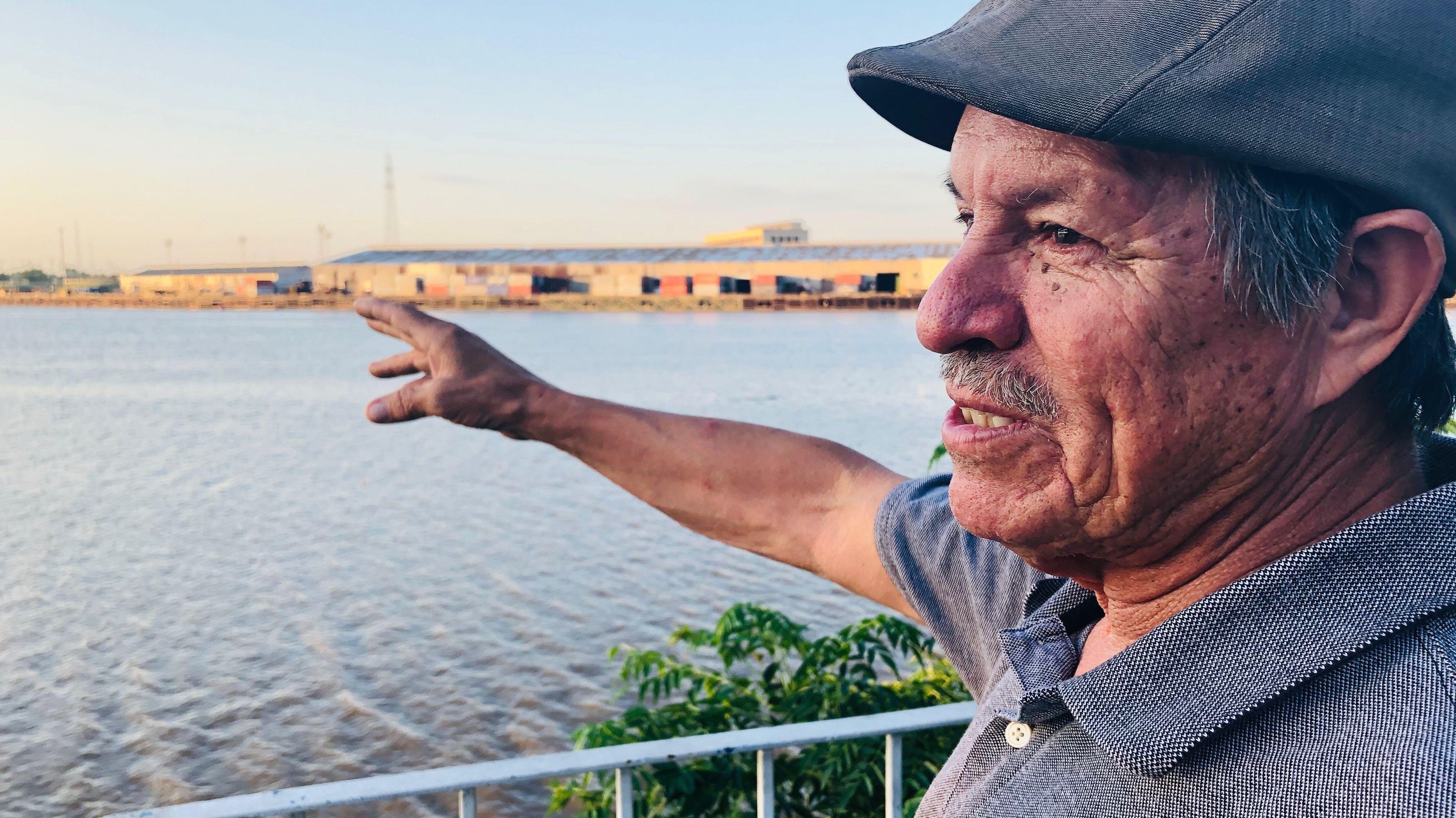 Umweltschützer Juan Parras von T.E.J.A.S. zeigt auf die Industrielandschaft am Buffalo Bayou Fluss.
