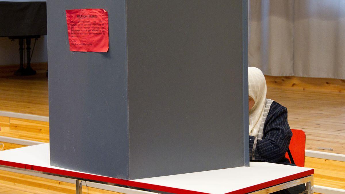 Eine Muslima in der Wahlkabine.