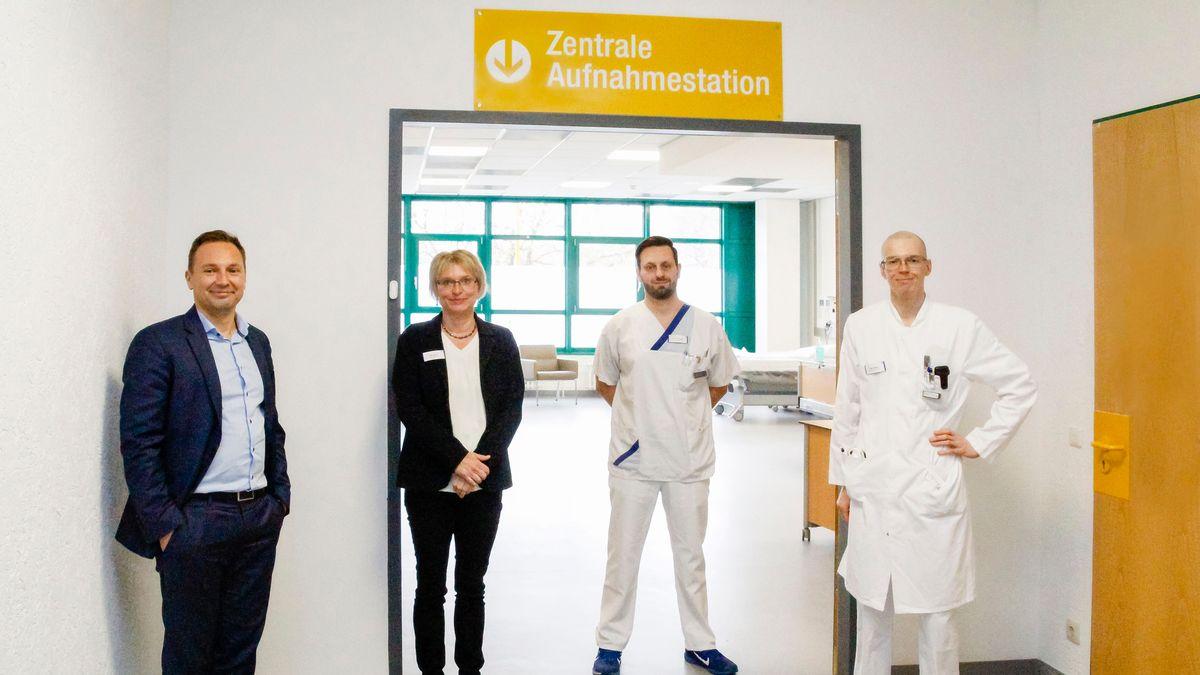Geschäftsführer und Ärzteteam vor Notfallambulanz