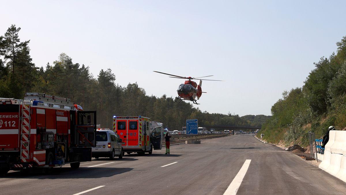 Der Rettungshubschrauber an der Unfallstelle.