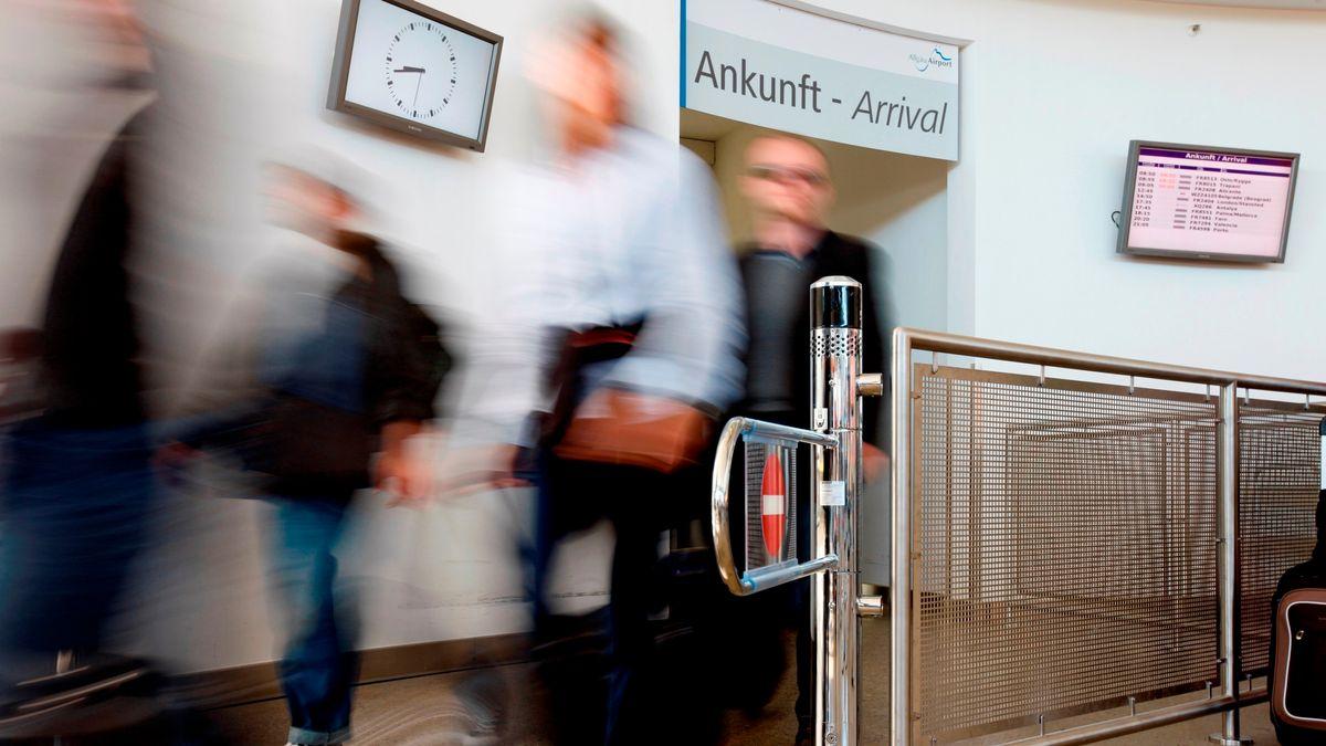 Passagiere am Flughafen Memmingen
