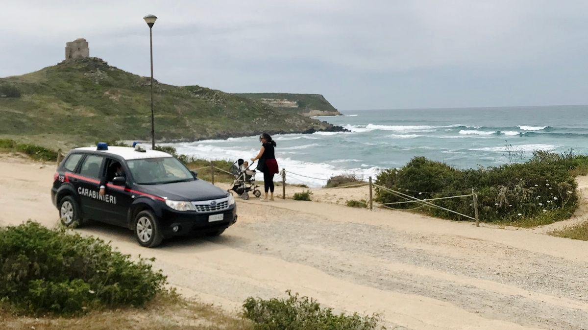 Polizeistreife an sardinischem Strand