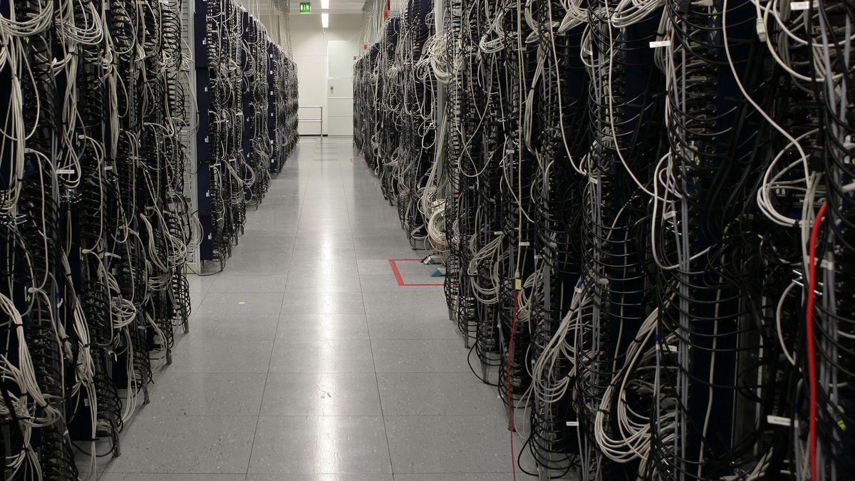 Ganz zwischen Servern in einem Rechenzentrum