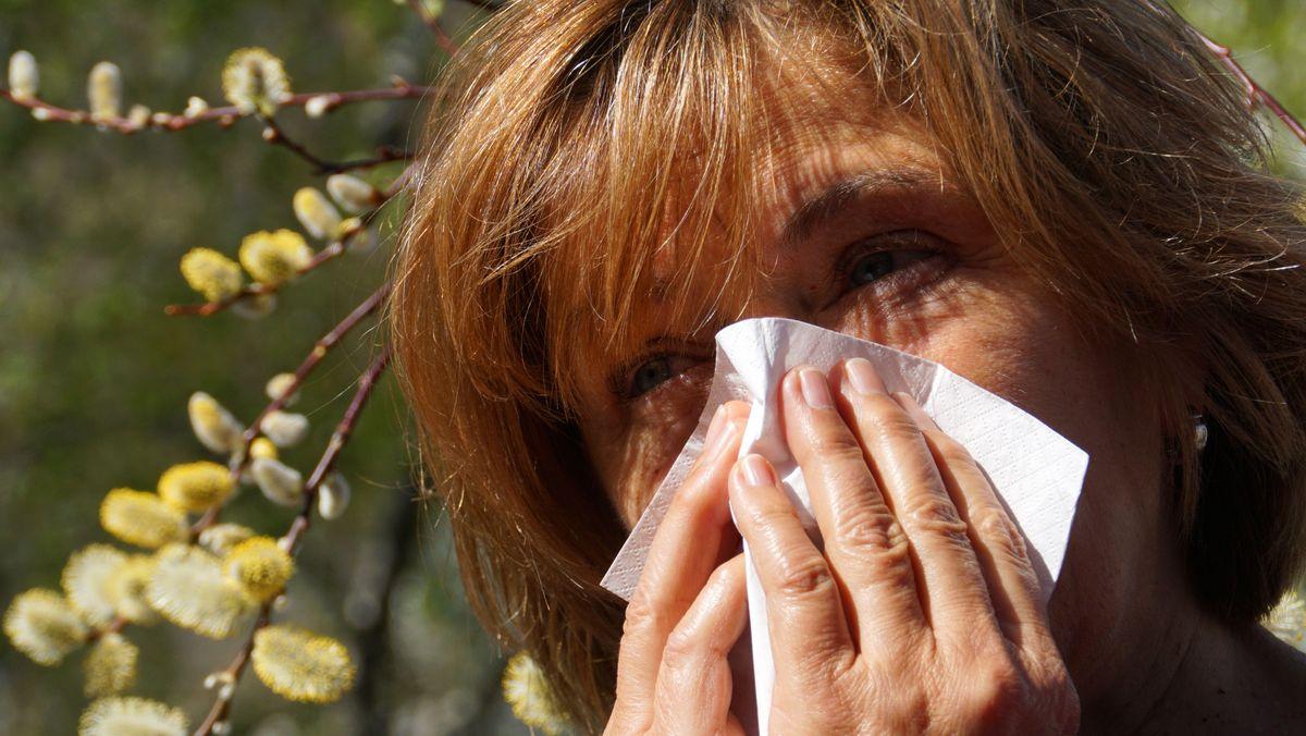 Frau mit Heuschnupfen-Symptomen