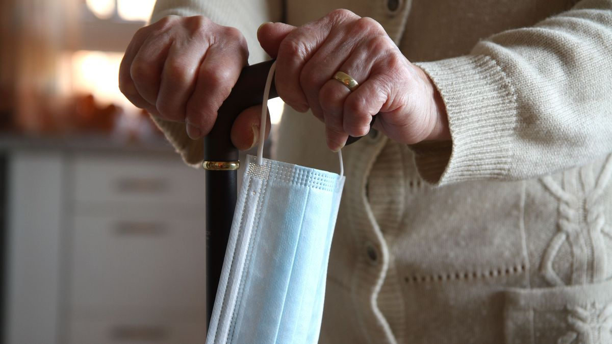 Symbolbild: Seniorin mit Maske.
